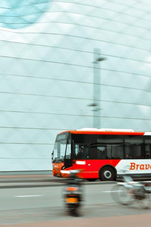 Mit Flugzeug, Bahn und Bus